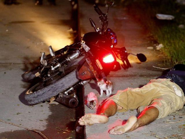 9月23日,菲律宾首都马尼拉以东帕西格市,一名毒贩在警方缉毒行动中被击毙。(图片来源:新华/美联)