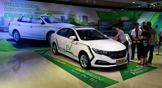 7月18日,在第十三届长春汽博会现场,参观者在奔腾EV电动车前驻足。新华社记者 张楠摄