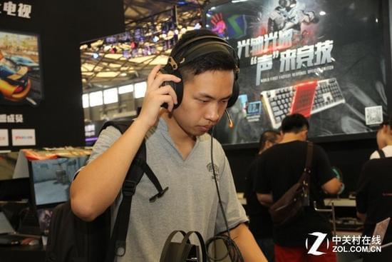 CJ2016 双飞燕魔磁耳机成为展台焦点