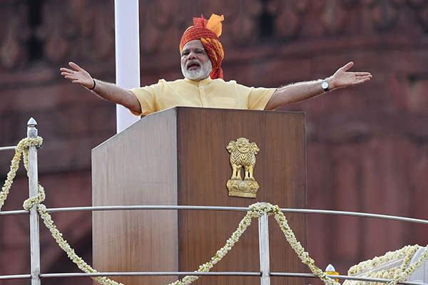 印度总理莫迪集会演讲现场棚顶坍塌 致67人受伤
