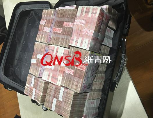 惊呆!杭州女子嫌200万分手费太少,把男友给的一箱现金留在酒吧!