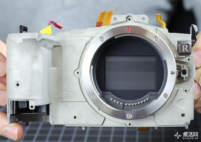 佳能EOS R拆解:内部还留有大量额外空间?