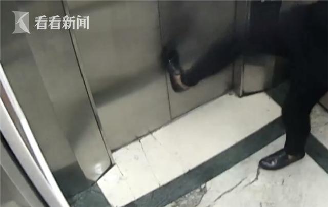 醉酒男电梯里面成龙附身耍功夫 几脚踹掉上万元