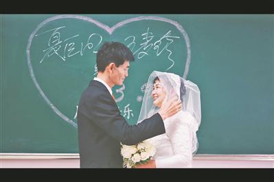 超有爱!大学生为宿管大叔和保洁阿姨拍婚纱照