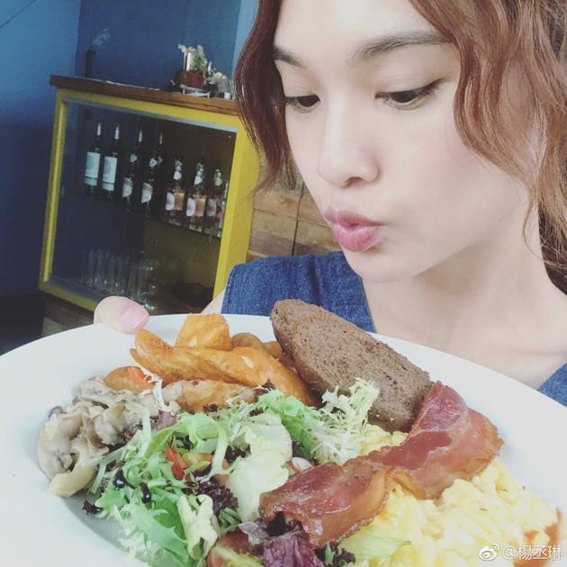 杨丞琳拍戏间隙吃早午餐 对餐盘嘟嘴卖萌俏皮可爱