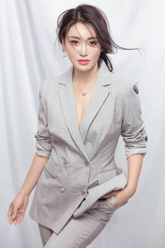 歌手张薇《恩情如花》放歌中国微电影春晚.jpg