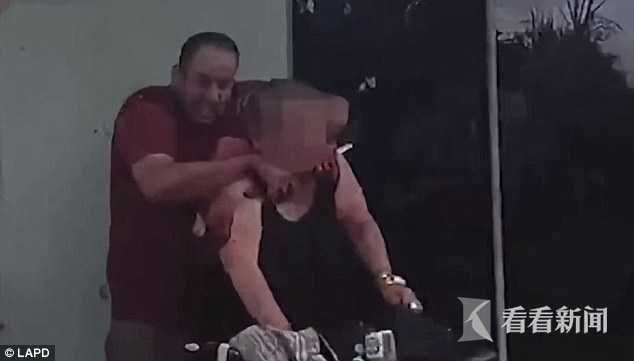 美国警察处置劫持事件 开18枪将劫匪人质全打死