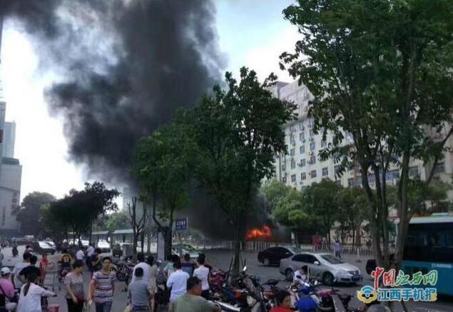 南昌一男子在公交车上纵火死亡