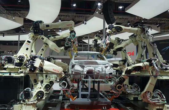 那智不二越的机器人协同工作,令人眼花缭乱。