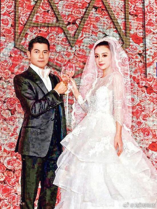 上载郭富城与老婆方媛以前没有曝光的婚照,祝贺两人结婚一周年。