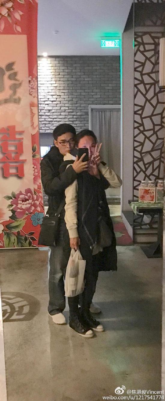 焦恩俊深夜拥抱老婆自拍 调侃老婆你脸红了
