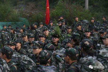 营员们在20公里负重徒步行军途中休息。