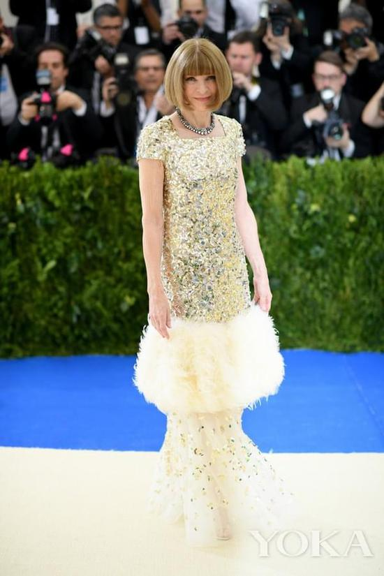 身着Chanel的安娜-温图尔现身2017 Met Gala