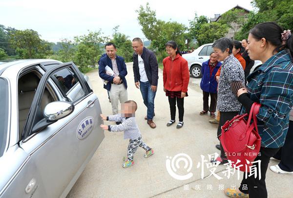 重庆孤儿:母亲杀夫贩毒 爷奶外婆过世外公不要