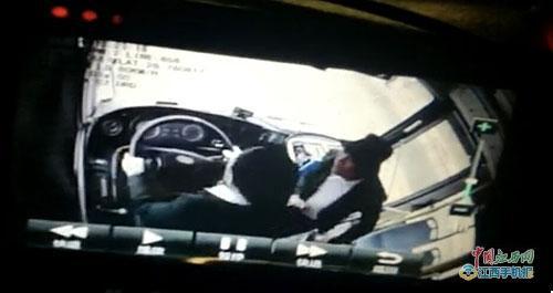 男子与公交司机推搡拽拉方向盘致乘客摔伤 已被拘
