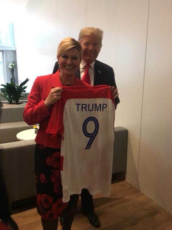 最抢眼球迷! 克罗地亚美女总统送川普和梅姨球衣