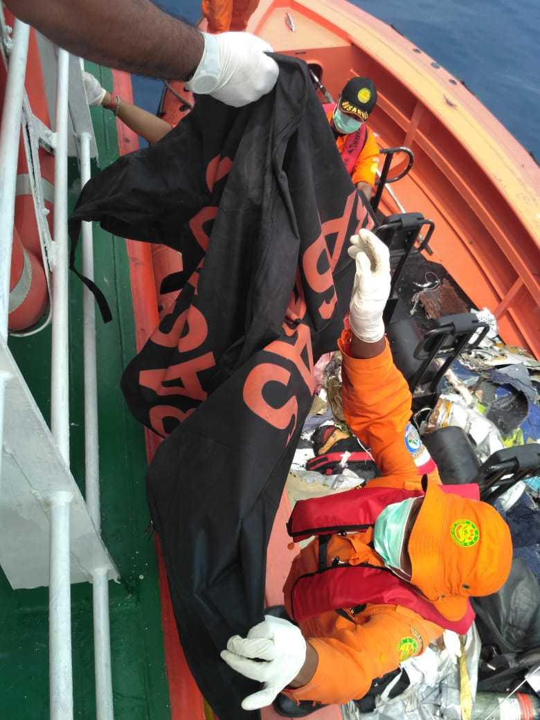 印尼坠机进展:水下发现疑似部分客机机身 长22米