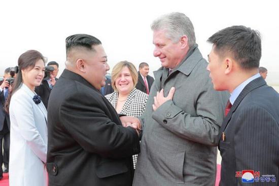 古巴领导人结束访朝 金正恩机场欢送:舍不得分开