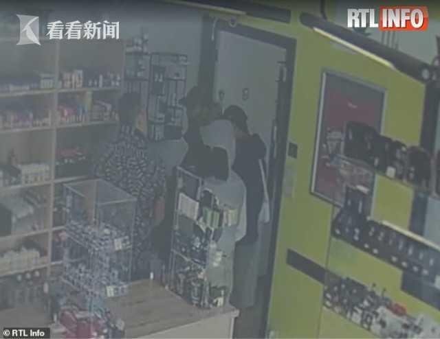 比利时店铺遇抢劫老板劝晚点来钱多 劫匪听信被捕