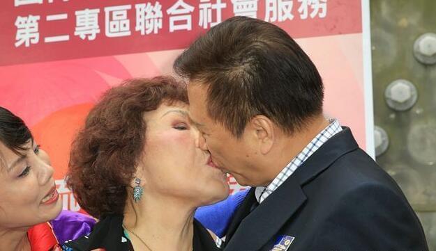 80岁女星曾哭诉70岁老公出轨 现当众亲吻秀恩爱