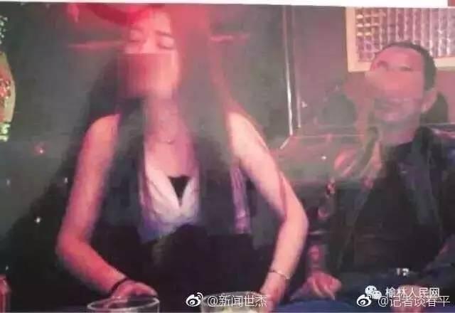 """爆料者在贴文中称,该图片中男子为横山区白界镇白界村村主任白永锋,照片拍摄于3月4日,图中场景为""""白永锋和社会闲杂人等酗酒贪色、找小姐""""。"""