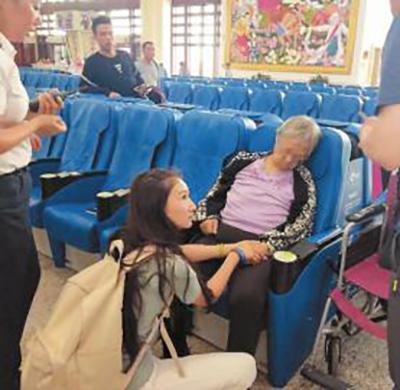 暖闻|老太火车站候车发病昏迷,热心女孩穴位按摩救她苏醒