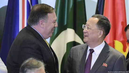 ▲8月4日,新加坡东亚合作系列外长会议期间,美国国务卿蓬佩奥与朝鲜外相李勇浩握手寒暄。(美联社)