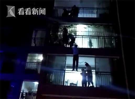 女子与家人起争执从5楼跳下 被4楼邻居一把抓住