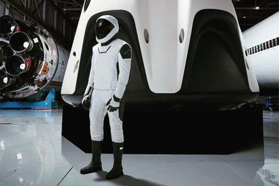 SpaceX公布新宇航服照片 时尚轻盈完胜传统宇航服