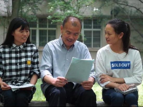 老人收藏高考试卷38年 系高考恢复后首批大学生