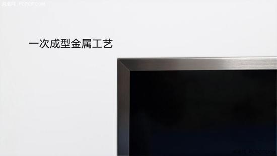这里不得不提创维55G6A精钢王的美誉,要知道定位于中端旗舰电视的很少有全金属机身,即使有,也大多采用拼接处理手法降低成本。而创维55G6A则采用金属热弯一次成型的工艺,对于拼接粘贴工艺,一次成型的金属中框可以有效减少侧向剪应力的作用,提高结构强度和稳定性,让这款创维55G6A可以使用好多年,大有当年熊猫电视(用了10年的电视机)风范。