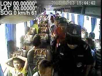 广州大学生不系安全带 还把长途客运司机推翻在地