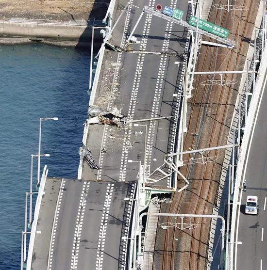 这是9月5日所摄在台风中受损的日本关西国际机场联络大桥。(新华社/共同社)