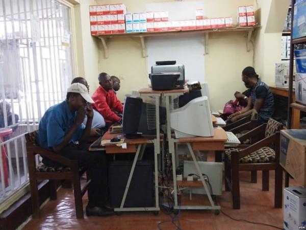 非洲网吧1小时2美元 开网页需五六分钟