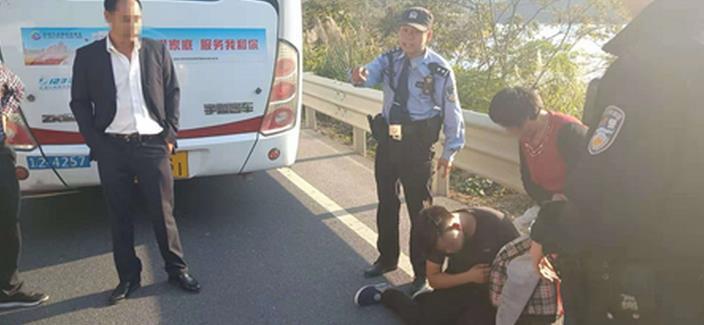 男子公交車上耍酒瘋 辱罵司機要求停車被行拘