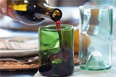葡萄酒瓶呈圆柱状