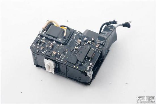 USB-C输出插件,两颗电容并联负责输出滤波。