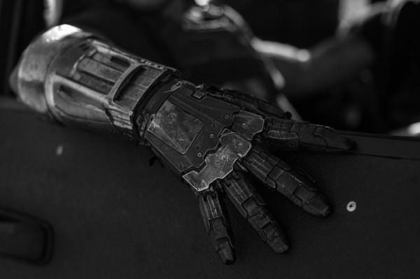 金属的对决 - 《金刚狼3》曝反派机械臂特写剧照
