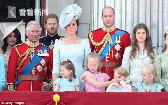 """乔治小王子遇上""""冤家""""?这次他被表姐推下斜坡"""