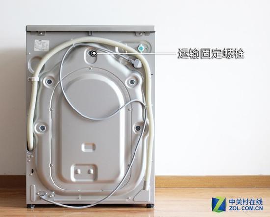 另外,滚筒洗衣机为了防止在运输过程中因为颠簸造成洗衣机内部结构的
