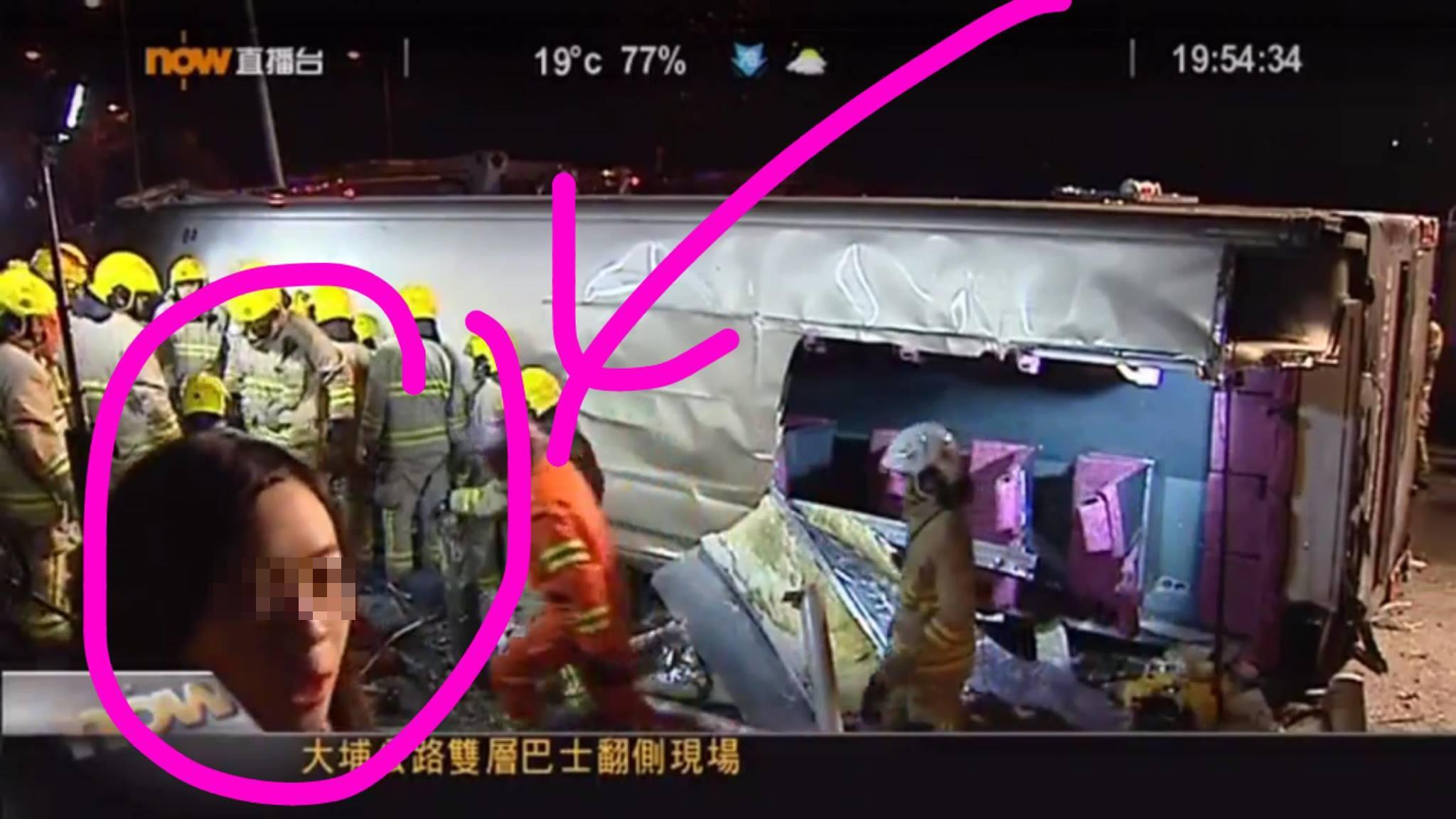 香港巴士侧翻现场 记者为直播让救援人员等几分钟