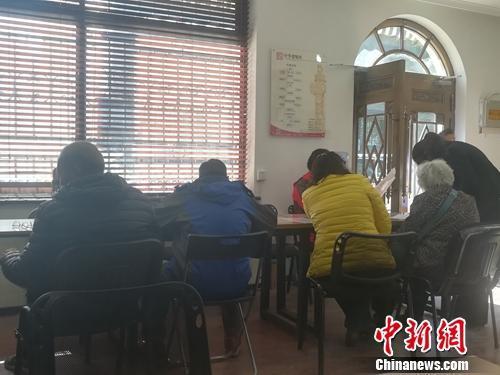 中华遗嘱库北京第一登记中心里坐满了人。上官云 摄