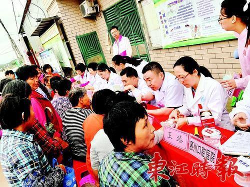 惠城区委统战部通过送医送药、助学助残等各种活动,帮助横沥镇马岭村的困难群众。 《东江时报》记者香金群 通讯员陈美君 摄