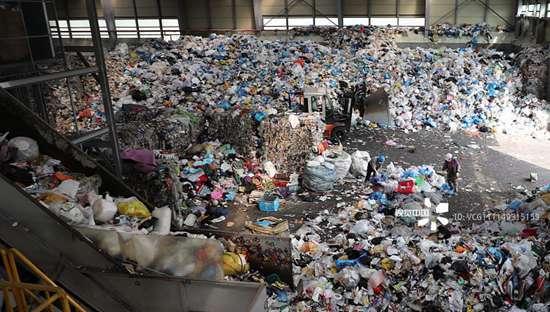 中国禁止洋垃圾后 欧美国家的后院被垃圾堵了