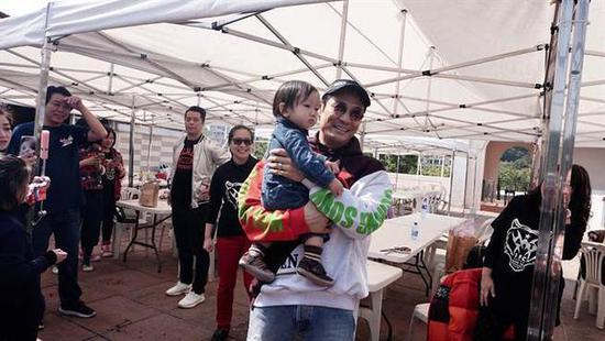 杜德伟庆56岁生日 老来得子1岁半儿子现身