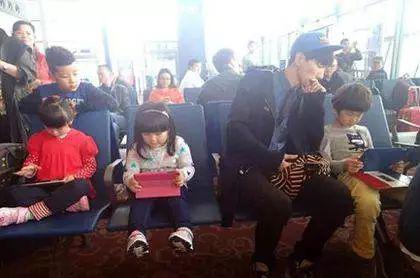 两家庭相约国庆出游 因带不带iPad给孩子分道扬镳