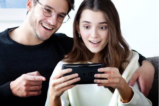 索尼XZ2 Premium手机是最贵的 也是最重的
