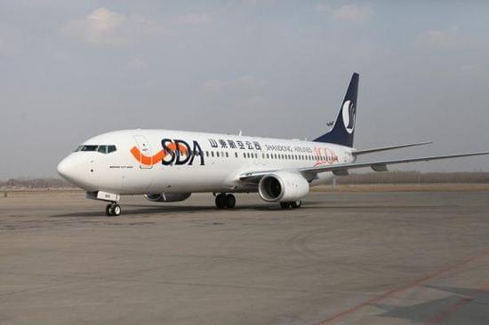 2017年2月26日下午,山航引进的第100架波音飞机飞抵济南遥墙国际机场,帮助山航扩增机队至102架。该架飞机注册号为B-7669,机身后部喷绘100th 737 Next Generation for Shandong Airlines纪念涂装。 从1996年山航引进第一架波音737-300飞机到如今的100架波音新一代737机队,山航机队的快速成长是山东民航业取得显著发展的一个缩影,也是波音与山航紧密合作的又一里程碑。 据介绍,山航计划将新飞机投放济南机场运营,并于2月28日起执飞济南经绵阳至丽江