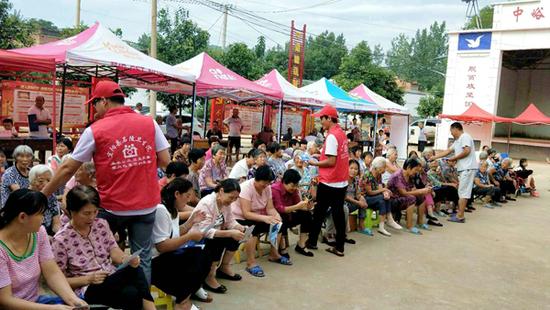 河南宜阳县结合扶贫义诊开展反邪教宣传(图)