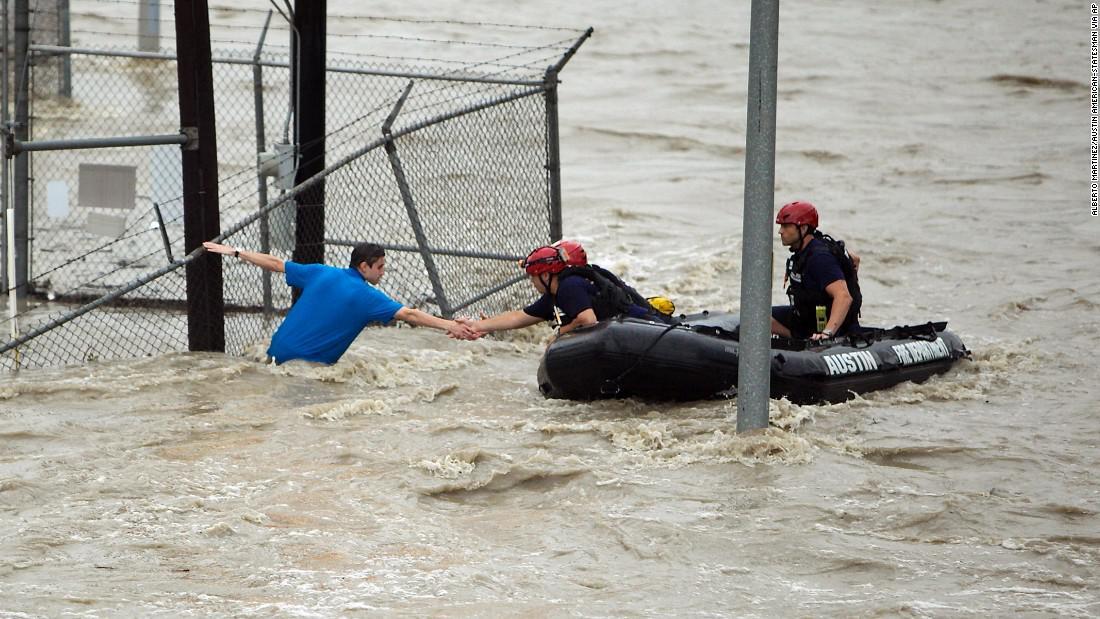 """特朗普坐橡皮艇""""救人""""照片疯传 美媒揭真相:P的"""